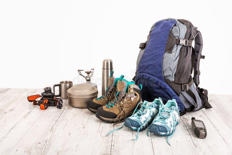 Εξάρτηση του ταξιδιώτη, ορειβάτης, σπουδαστής, έφηβος Γενικά έξοδα των προϊόντων πρώτης ανάγκης για το σύγχρονο αθλητικό νεαρό άτ στοκ εικόνες