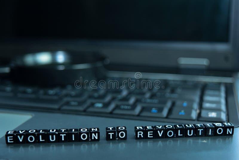 Εξέλιξη στους ξύλινους φραγμούς κειμένων επαναστάσεων στο υπόβαθρο lap-top Έννοια επιχειρήσεων και τεχνολογίας στοκ εικόνες