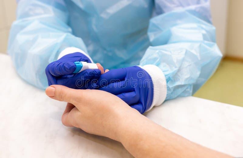 Εξέταση αίματος στο εργαστήριο στοκ φωτογραφίες με δικαίωμα ελεύθερης χρήσης