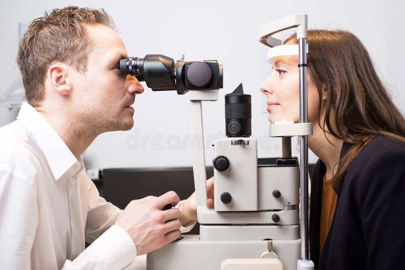Εξέταση οφθαλμών στον οπτικό στοκ φωτογραφίες