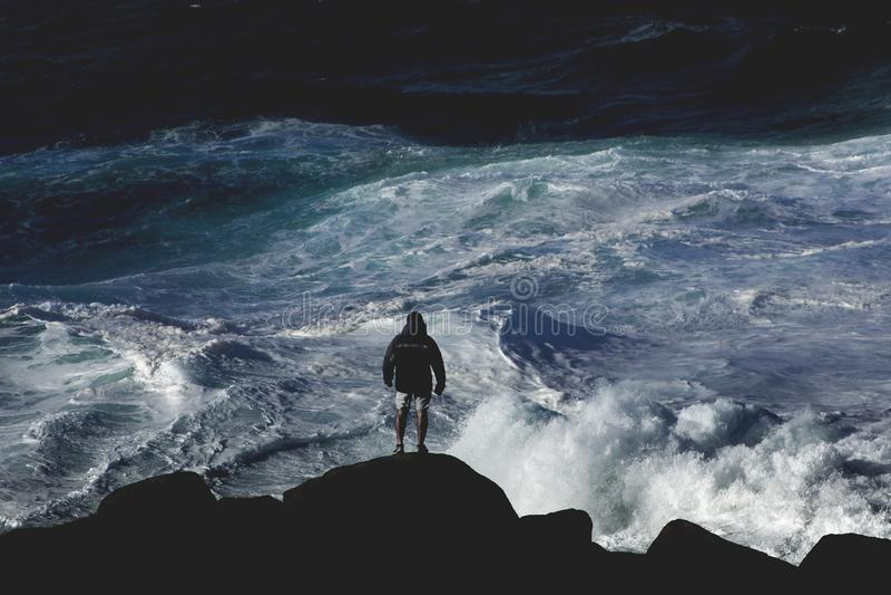 Εξέταση τα μεγάλα ωκεάνια κύματα στοκ φωτογραφία με δικαίωμα ελεύθερης χρήσης
