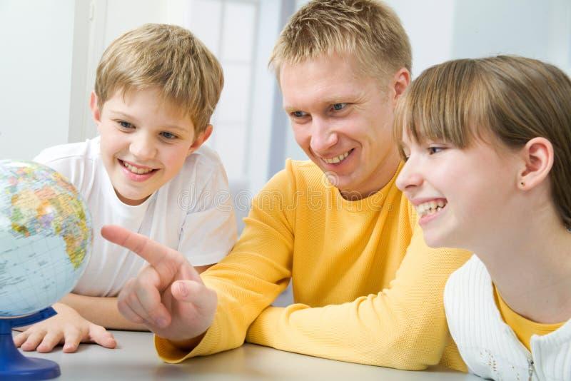 εξέταση της οικογενει&alpha στοκ εικόνα με δικαίωμα ελεύθερης χρήσης