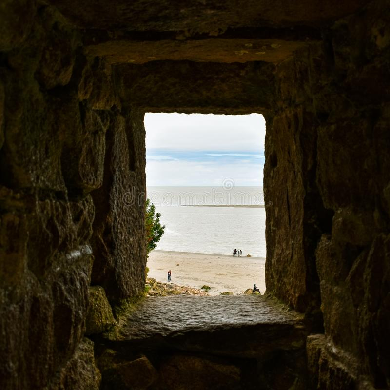 Εξέταση τη θάλασσα και το μπλε ουρανό μέσω ενός παραθύρου πετρών Αίσθηση της ελπίδας στοκ φωτογραφία με δικαίωμα ελεύθερης χρήσης