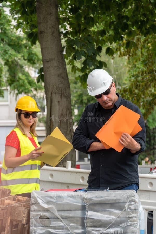 Εξέταση των σχεδίων για το εργοτάξιο οικοδομής στοκ φωτογραφίες