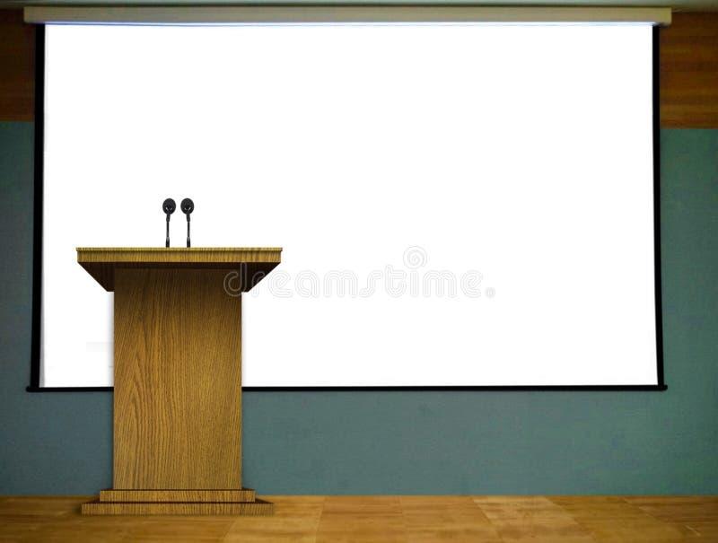 Εξέδρα στη σκηνή με την κενή οθόνη προβολέων στοκ φωτογραφία με δικαίωμα ελεύθερης χρήσης