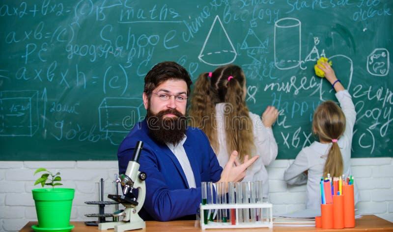 Εξήγηση της βιολογίας στα παιδιά Πώς να ενδιαφέρει τη μελέτη παιδιών Συναρπαστικό μάθημα της βιολογίας Δάσκαλος σχολείου της βιολ στοκ εικόνες
