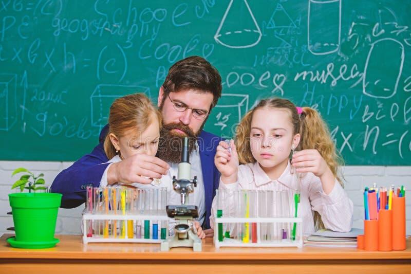 Εξήγηση της βιολογίας στα παιδιά Πώς να ενδιαφέρει τη μελέτη παιδιών Συναρπαστικό μάθημα της βιολογίας Γενειοφόρος εργασία δασκάλ στοκ εικόνες