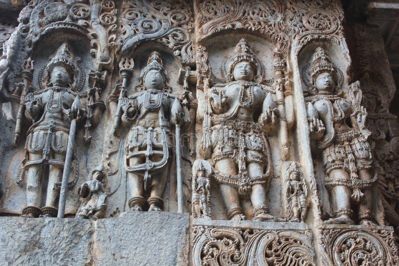 Εξαίσια οι γλυπτικές ανακούφισης στον εξωτερικό τοίχο του ναού Hoysaleswara στοκ φωτογραφία
