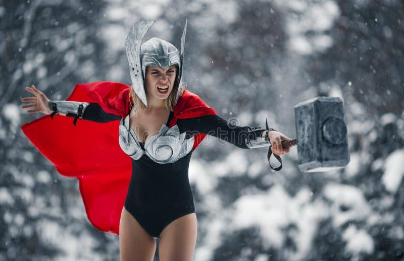 Εξαγριωμένη γυναίκα στην εικόνα του γερμανικός-Σκανδιναβικού Θεού της βροντής και της θύελλας Cosplay στοκ εικόνες