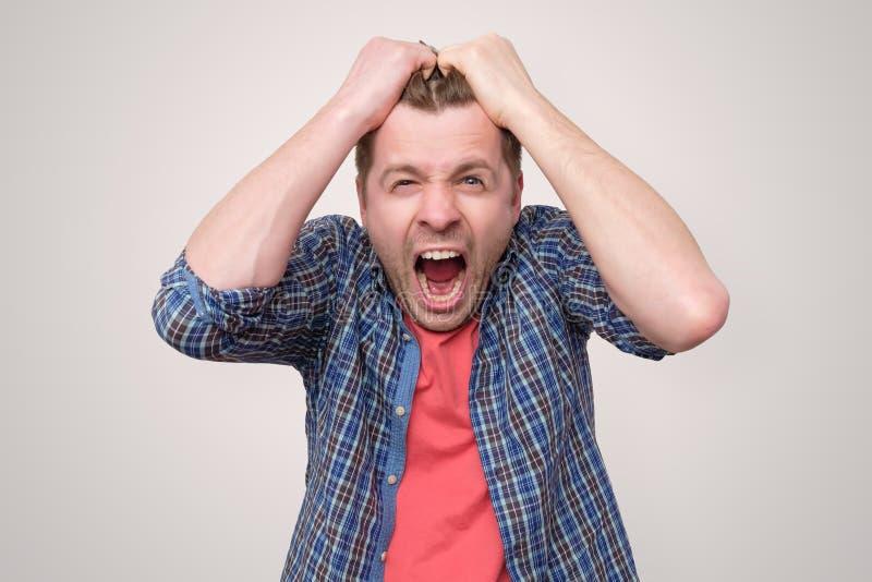 Εξαγριωμένο, εξοργισμένο άτομο με το στόμα που ανοίγουν στην κραυγή στοκ εικόνα με δικαίωμα ελεύθερης χρήσης