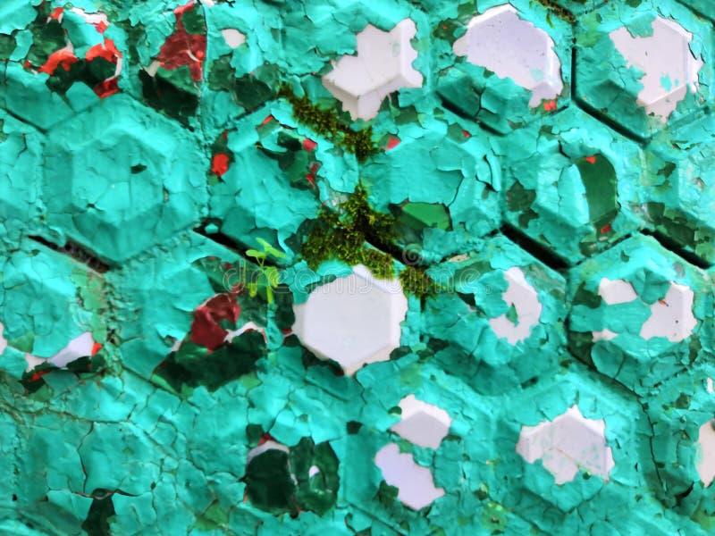Εξαγωνικά διαμορφωμένα παλαιά σαφή μπλε τυρκουάζ κεραμίδια, που δημιουργούν ένα κεραμικό σχέδιο στοκ φωτογραφία με δικαίωμα ελεύθερης χρήσης