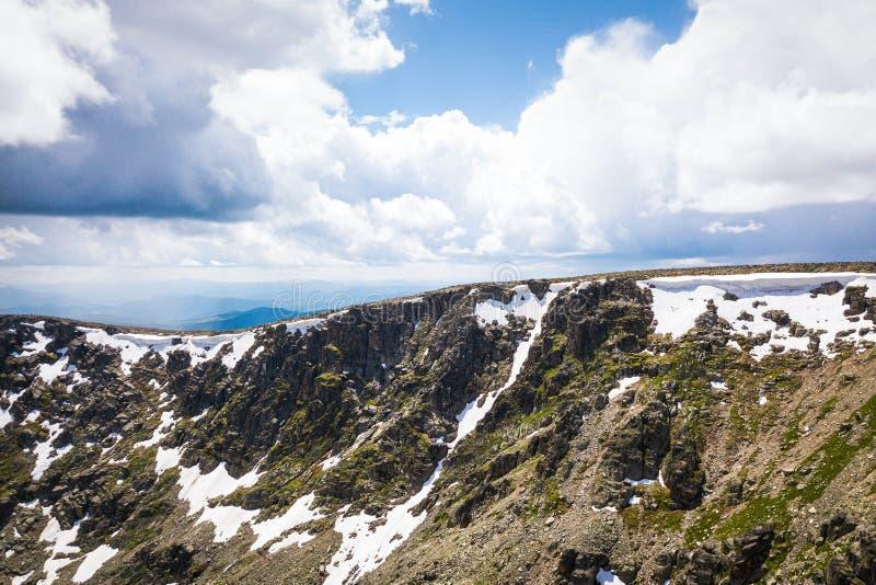 Εξαιρετικά ευρύ πανόραμα του ορίζοντα βουνά στοκ εικόνες