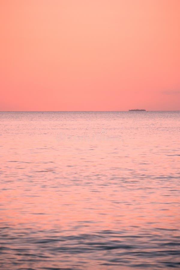 Εξαιρετικά ρόδινη φωτογραφία ενός μικρού νησιού κατά τη διάρκεια του ηλιοβασιλέματος στα Τόνγκα στοκ φωτογραφίες