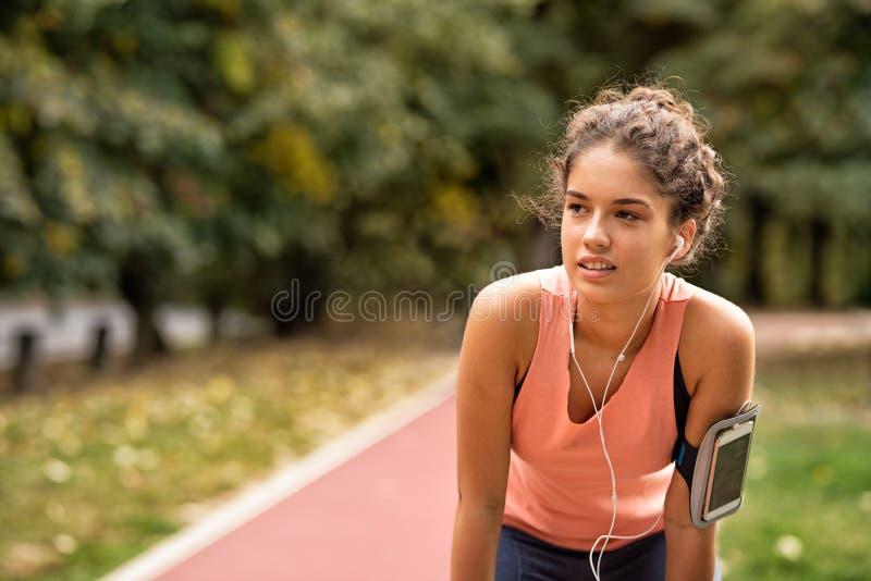 Εξαντλημένη γυναίκα που τρέχει στοκ εικόνα με δικαίωμα ελεύθερης χρήσης