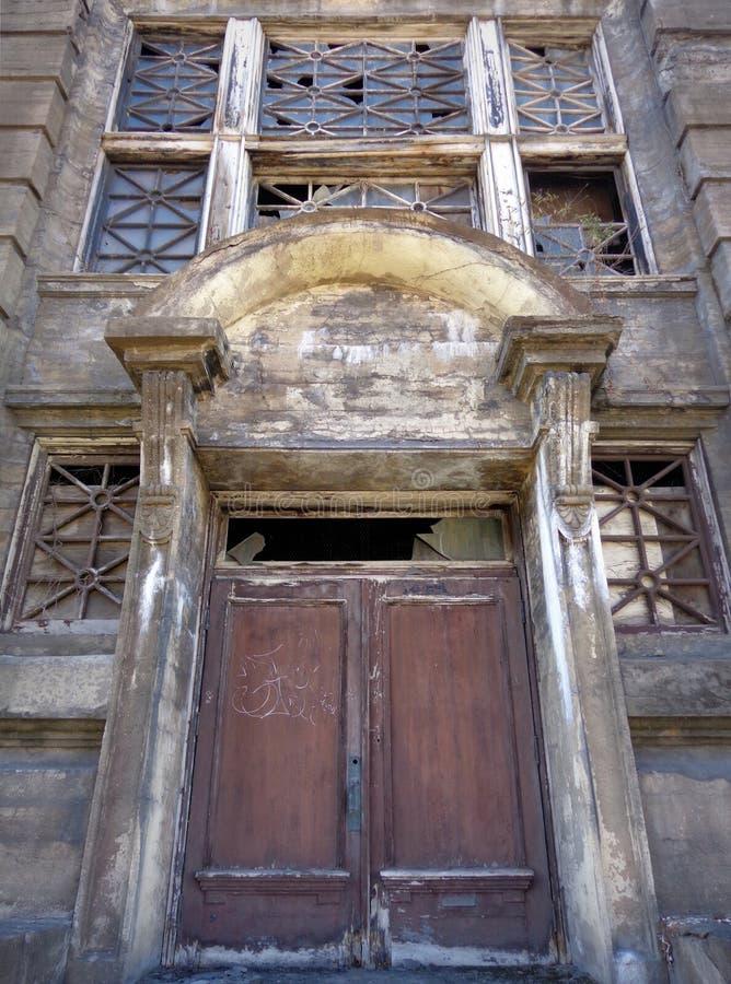 Εξαντλημένη εγκαταλειμμένη πόρτα στοκ φωτογραφία