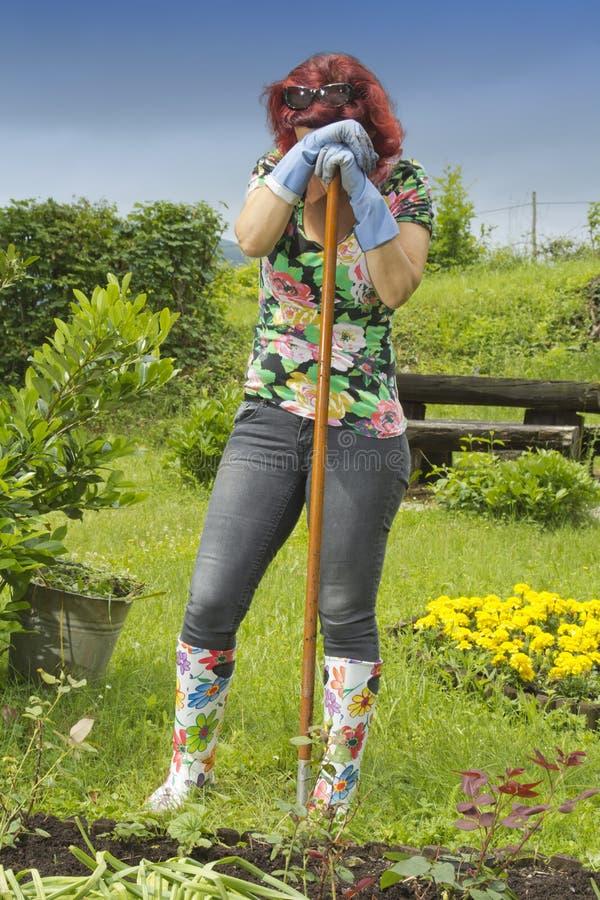 εξαντλημένη στηργμένος γυναίκα κηπουρών στοκ φωτογραφία με δικαίωμα ελεύθερης χρήσης