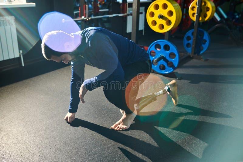 Εξαντλημένο ανάπηρο άτομο στην κατάρτιση στη γυμναστική στοκ φωτογραφία