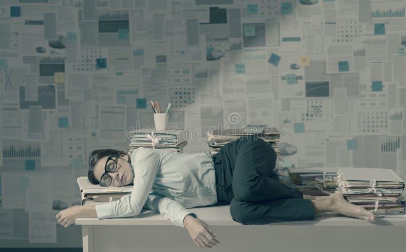 Εξαντλημένο στέλεχος επιχείρησης που κοιμάται στο γραφείο στοκ φωτογραφία με δικαίωμα ελεύθερης χρήσης