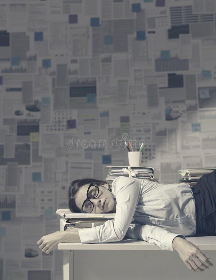 Εξαντλημένο στέλεχος επιχείρησης που κοιμάται στο γραφείο στοκ εικόνες