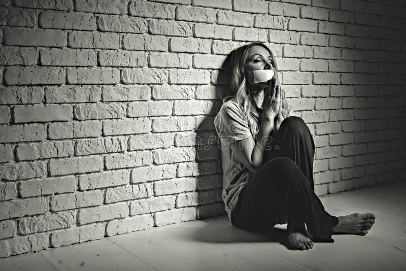 Εξαντλημένη θηλυκή συνεδρίαση προσώπων εσωτερική στοκ εικόνα με δικαίωμα ελεύθερης χρήσης
