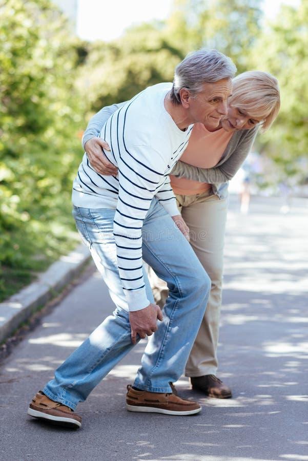 Εξαντλημένος συνταξιούχος που πάσχει από τον πόνο στο γόνατο υπαίθρια στοκ εικόνες με δικαίωμα ελεύθερης χρήσης