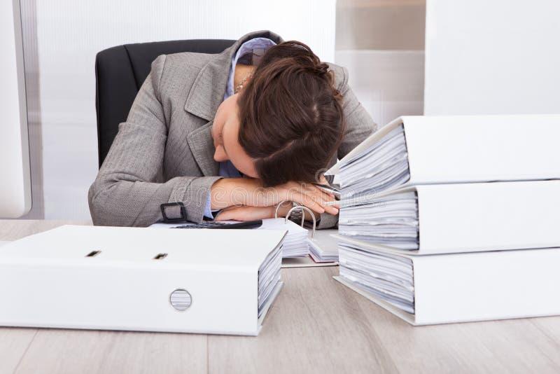 Εξαντλημένος ύπνος επιχειρηματιών στο γραφείο στοκ φωτογραφία με δικαίωμα ελεύθερης χρήσης