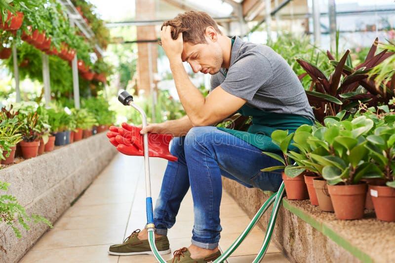 Εξαντλημένο άτομο με την ουδετεροποίηση στο κατάστημα βρεφικών σταθμών στοκ φωτογραφία με δικαίωμα ελεύθερης χρήσης