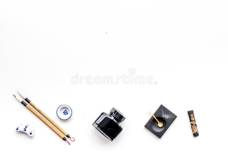 Εξαρτήματα για την κινεζική ή ιαπωνική καλλιγραφία Ειδική μάνδρα γραψίματος, μελάνι στο άσπρο διάστημα άποψης υποβάθρου τοπ για τ στοκ εικόνες με δικαίωμα ελεύθερης χρήσης