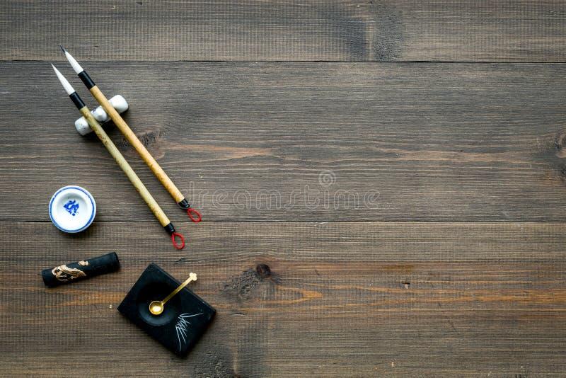 Εξαρτήματα για την κινεζική ή ιαπωνική καλλιγραφία Ειδική μάνδρα γραψίματος, μελάνι στο σκοτεινό ξύλινο διάστημα άποψης υποβάθρου στοκ φωτογραφίες