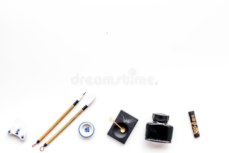 Εξαρτήματα για την κινεζική ή ιαπωνική καλλιγραφία Ειδική μάνδρα γραψίματος, μελάνι στο άσπρο διάστημα άποψης υποβάθρου τοπ για τ στοκ εικόνα