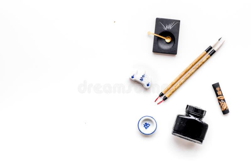 Εξαρτήματα για την κινεζική ή ιαπωνική καλλιγραφία Ειδική μάνδρα γραψίματος, μελάνι στο άσπρο διάστημα αντιγράφων άποψης υποβάθρο στοκ εικόνες