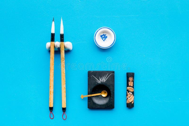 Εξαρτήματα για την κινεζική ή ιαπωνική καλλιγραφία Ειδική μάνδρα γραψίματος, μελάνι στο μπλε διάστημα αντιγράφων άποψης υποβάθρου στοκ εικόνα