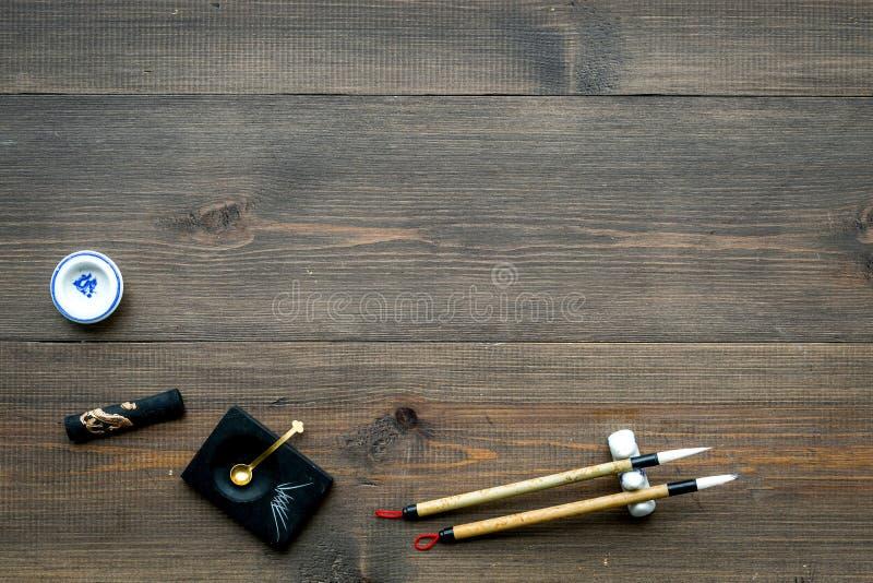 Εξαρτήματα για την κινεζική ή ιαπωνική καλλιγραφία Ειδική μάνδρα γραψίματος, μελάνι στο σκοτεινό ξύλινο διάστημα άποψης υποβάθρου στοκ εικόνα
