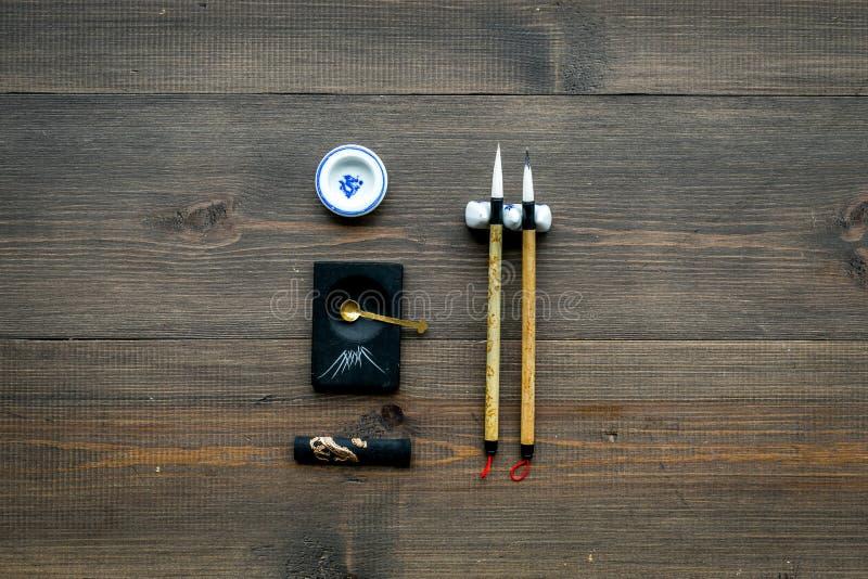 Εξαρτήματα για την κινεζική ή ιαπωνική καλλιγραφία Ειδική μάνδρα γραψίματος, μελάνι στο σκοτεινό ξύλινο διάστημα αντιγράφων άποψη στοκ εικόνες με δικαίωμα ελεύθερης χρήσης