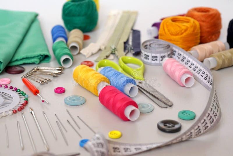 Εξαρτήματα για τη ραπτική και ράβοντας προμήθειες στοκ εικόνες