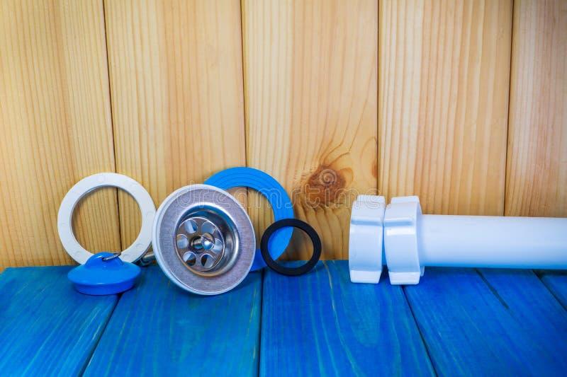 Εξαρτήματα για τις επισκευές ή την πλύση υδραυλικών στην κουζίνα σε ένα ξύλινο υπόβαθρο στοκ εικόνες με δικαίωμα ελεύθερης χρήσης