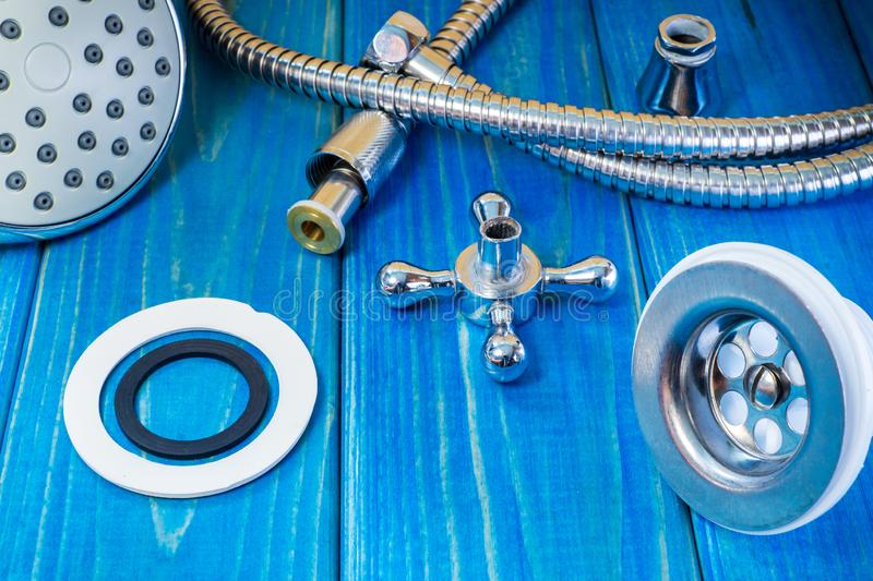 Εξαρτήματα για τις επισκευές ή την πλύση υδραυλικών στην κουζίνα σε ένα ξύλινο υπόβαθρο στοκ εικόνες