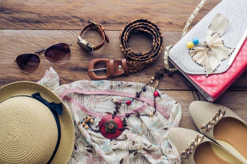 Εξαρτήματα για το έφηβη στις διακοπές της, καπέλο, μοντέρνο για τα θερινά γυαλιά ηλίου, την τσάντα δέρματος, τα παπούτσια και το  στοκ φωτογραφία με δικαίωμα ελεύθερης χρήσης