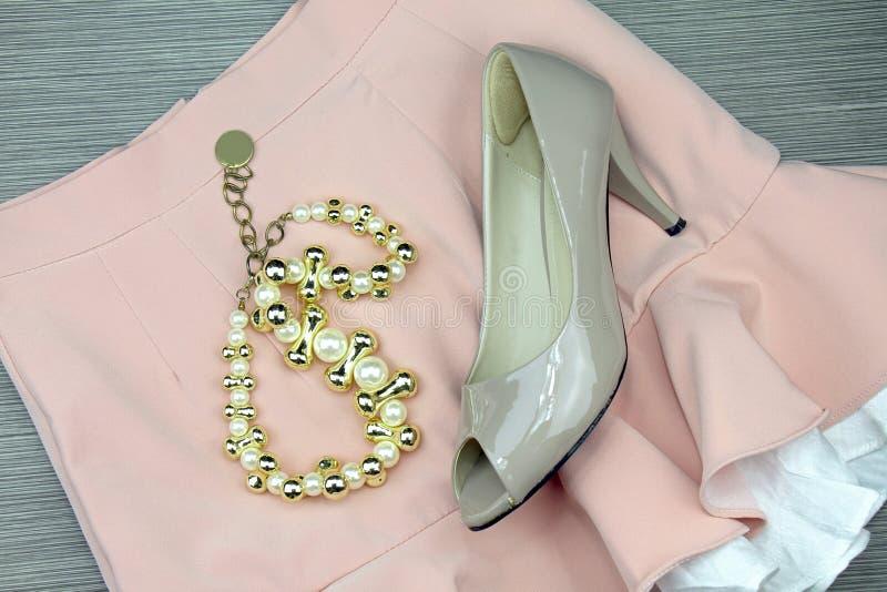 Εξαρτήματα γυναικών και προϊόντα πρώτης ανάγκης, ακόμα ζωή της μόδας Υψηλά παπούτσια τακουνιών στοκ φωτογραφία