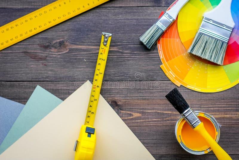 Εξαρτήματα διακόσμησης και ανακαίνισης σπιτιών εργαλεία και στην ξύλινη τοπ άποψη επιτραπέζιου υποβάθρου στοκ φωτογραφία με δικαίωμα ελεύθερης χρήσης
