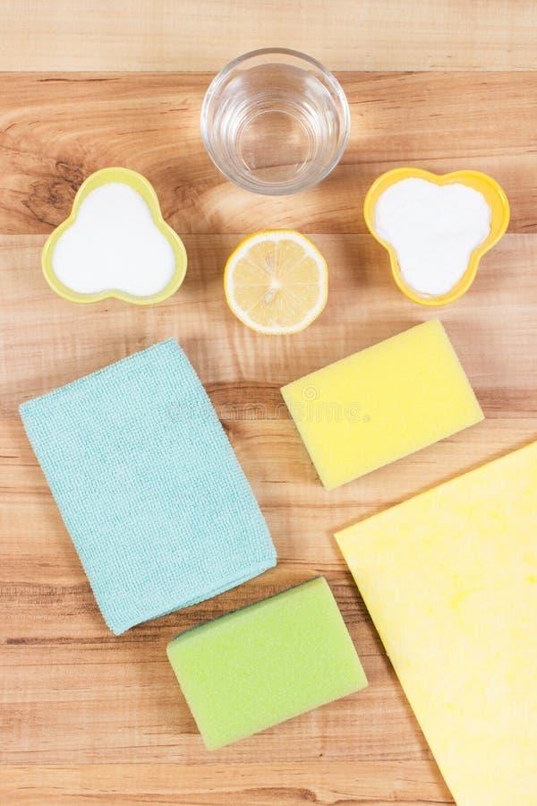 Εξαρτήματα και μη τοξικά απορρυπαντικά για τον καθαρισμό του σπιτιού, έννοια οικιακών καθηκόντων στοκ φωτογραφίες