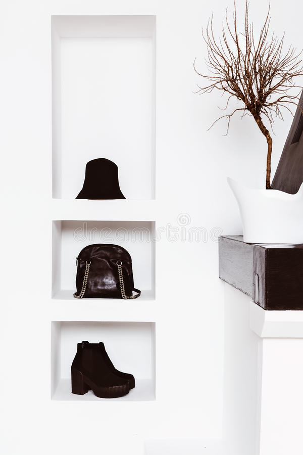 Εξαρτήματα μόδας γυναικών στο άσπρο εσωτερικό στοκ φωτογραφία με δικαίωμα ελεύθερης χρήσης