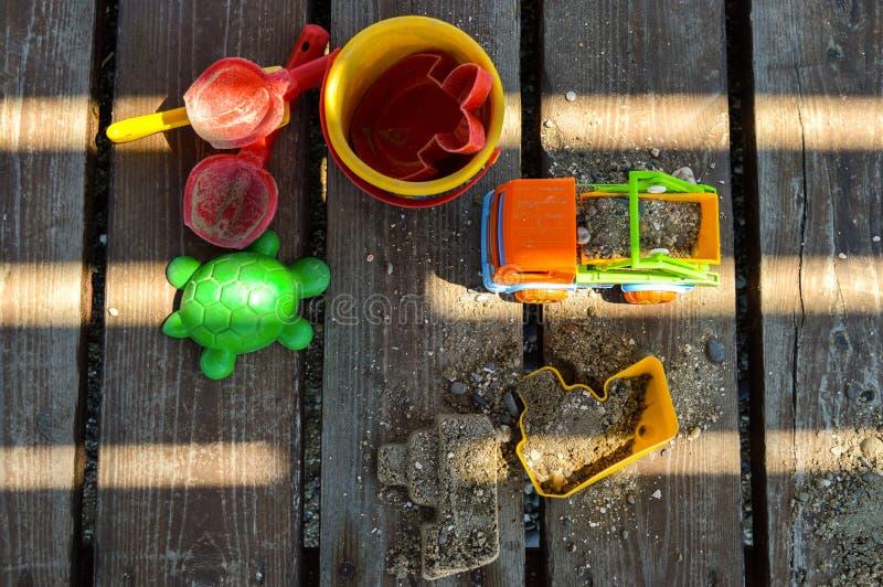 Εξαρτήματα παιδιών ` s για το παιχνίδι στην άμμο στην παραλία στοκ εικόνα με δικαίωμα ελεύθερης χρήσης