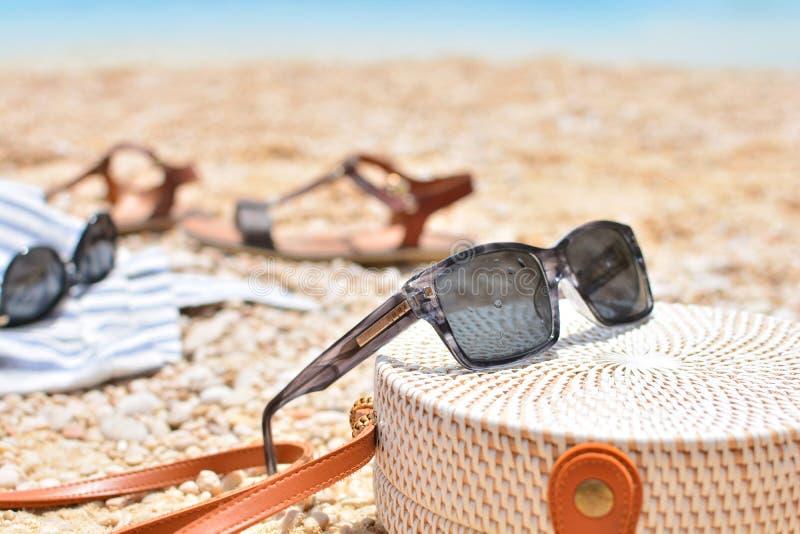 Εξαρτήματα παραλιών γυναικών που βρίσκονται σε μια άμμο στοκ εικόνες