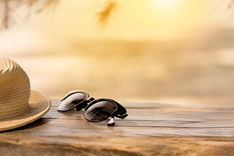 Εξαρτήματα παραλιών στον ξύλινους πίνακα και την άμμο Έννοια του summe στοκ εικόνες