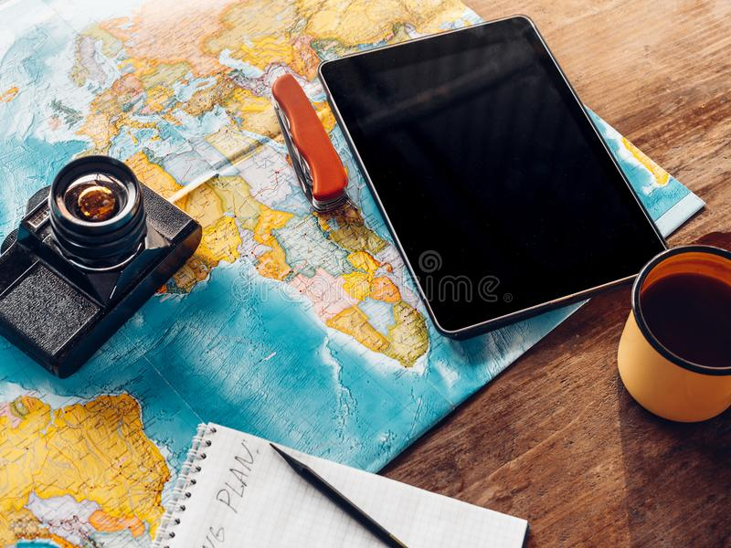 Εξαρτήματα πεζοπορίας εξοπλισμού ταξιδιού, χάρτης, κάμερα ταινιών και Digita στοκ φωτογραφία