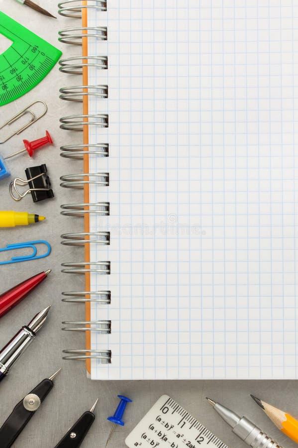 Εξαρτήματα σημειωματάριων και σχολείων στο υπόβαθρο μετάλλων στοκ εικόνες με δικαίωμα ελεύθερης χρήσης