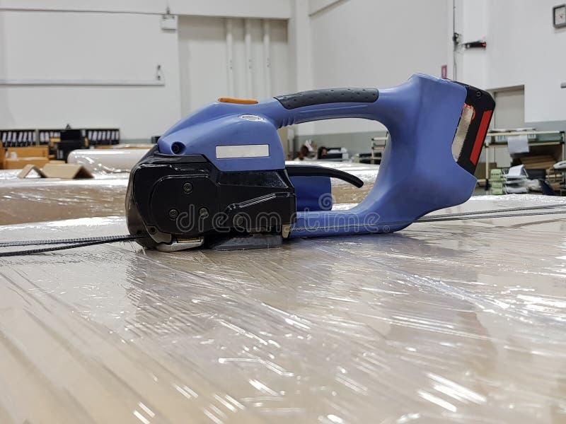 Εξαρτήματα συσκευασίας στον εργασιακό χώρο της βιομηχανίας, ημι αυτόματο δέσιμο στοκ εικόνες