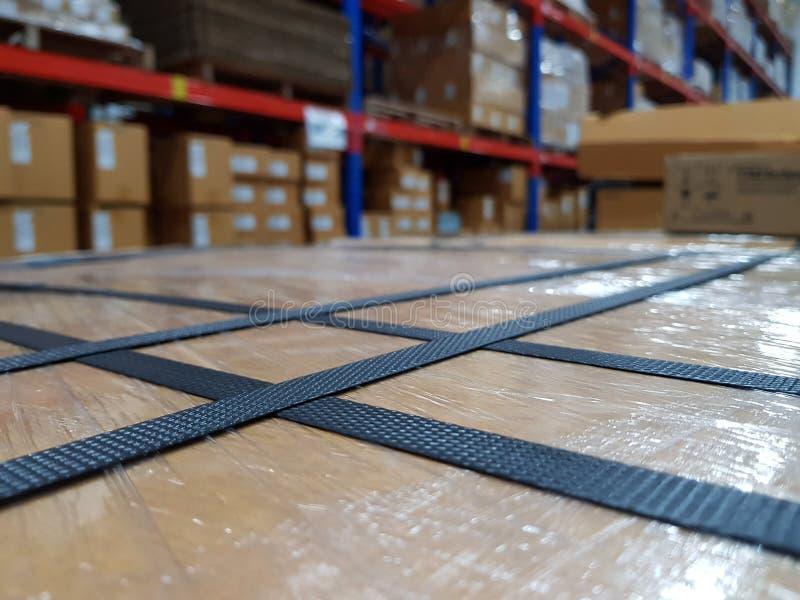 Εξαρτήματα συσκευασίας στον εργασιακό χώρο της βιομηχανίας, λουρί πολυπροπυλενίου στοκ εικόνες
