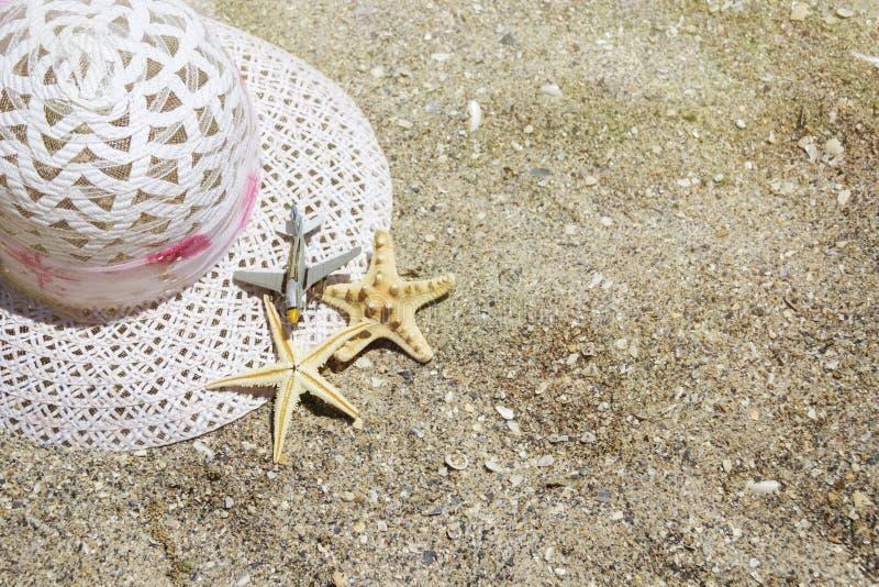 Εξαρτήματα ταξιδιού θερινών διακοπών παραλιών στο υπόβαθρο άμμου στοκ φωτογραφίες με δικαίωμα ελεύθερης χρήσης